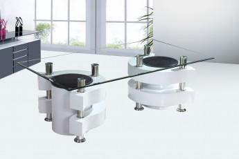 Table basse noire et blanche avec pouf